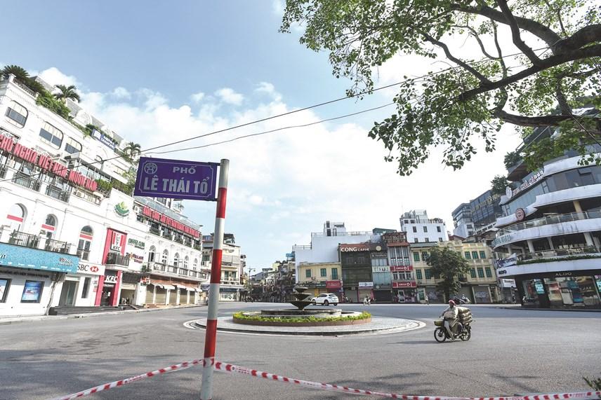 Sau khi có chỉ thị giãn cách xã hội, đường phố trở nên vắng vẻ hơn so với ngày thường.