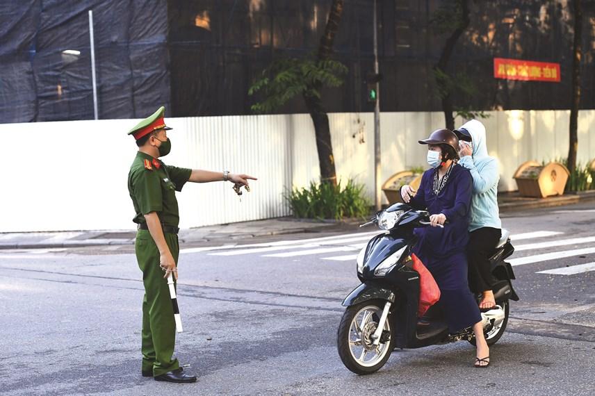 Lực lượng chức năng kiểm tra nhắc nhở người dân.