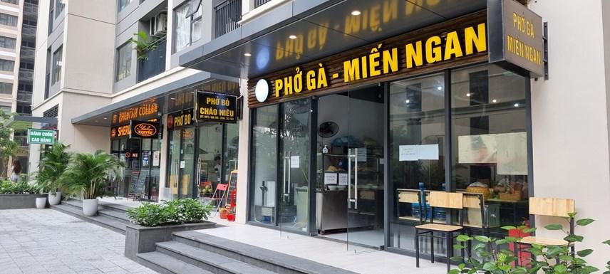 Tại các khu chung cư, căn hộ các cửa hàng ăn, cafe cũng rục rịch chuẩn bị hàng quán để bán mang về