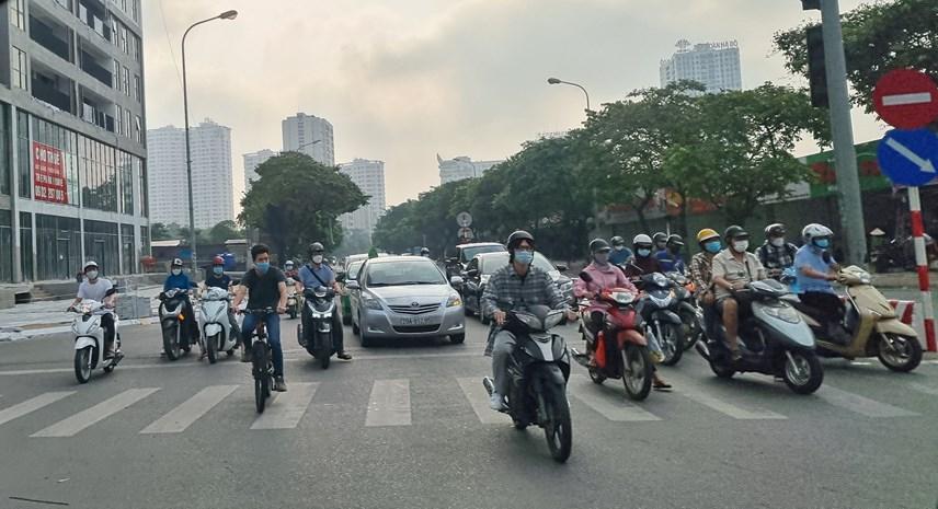 Lượng phương tiện di chuyển hướng vào trung tâm mỗi lúc một đông hơn. Vào khung giờ 7h30-8h, một số khu vực xảy ra ùn tắc nhẹ.