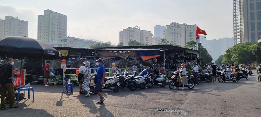 [ẢNH] Đường phố Hà Nội đông đúc, người dân mua sắm nhộn nhịp  - Ảnh 2