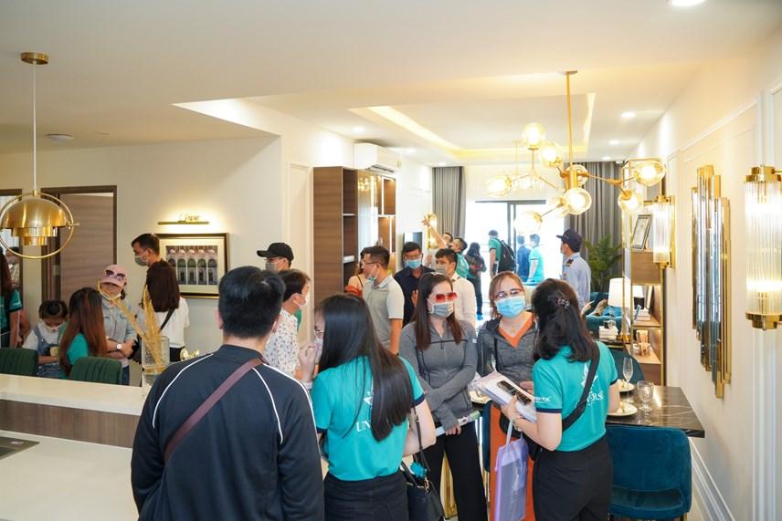 Đông đảo khách hàng hào hứng tham quan căn hộ mẫu Bien Hoa Universe Complex