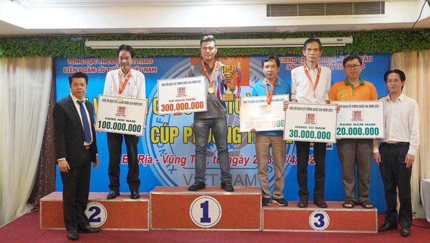 Nam kỳ thủ Lại Lý Huynh (đội BDU) vô địch cờ tiêu chuẩn.