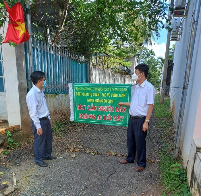 Bí thư huyện ủy Xuân Lộc Viên Hồng Tiến (bên phải) kiểm tra một khu vùng xanh trên địa bàn.