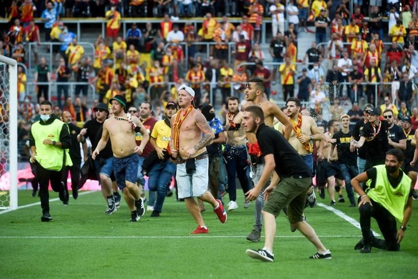 Giải Ligue 1: Cổ động viên tràn xuống sân đối đầu cảnh sát - Ảnh 1