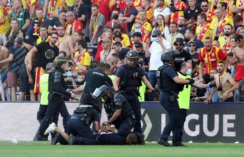Giải Ligue 1: Cổ động viên tràn xuống sân đối đầu cảnh sát - Ảnh 10