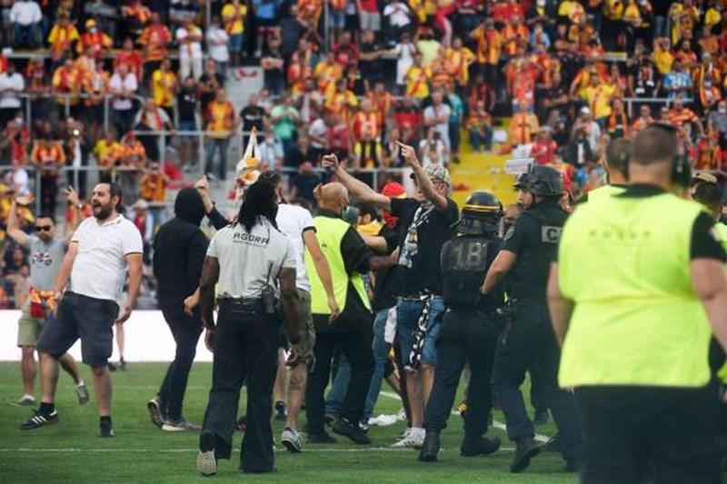 Giải Ligue 1: Cổ động viên tràn xuống sân đối đầu cảnh sát - Ảnh 2