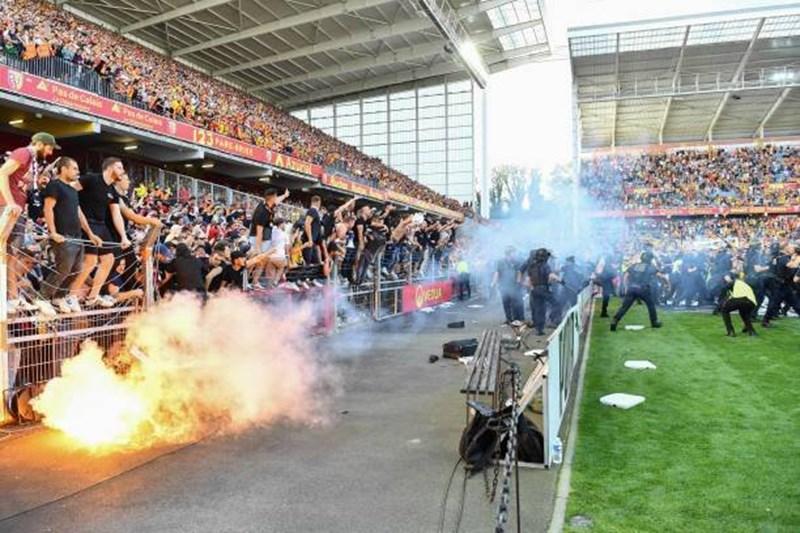 Giải Ligue 1: Cổ động viên tràn xuống sân đối đầu cảnh sát - Ảnh 3