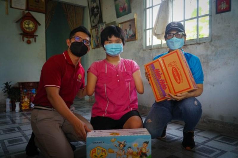 """Đoàn cũng đến thăm và tặng học bổng cho cô bé """"chim cánh cụt"""" Nguyễn Hoài Thương."""