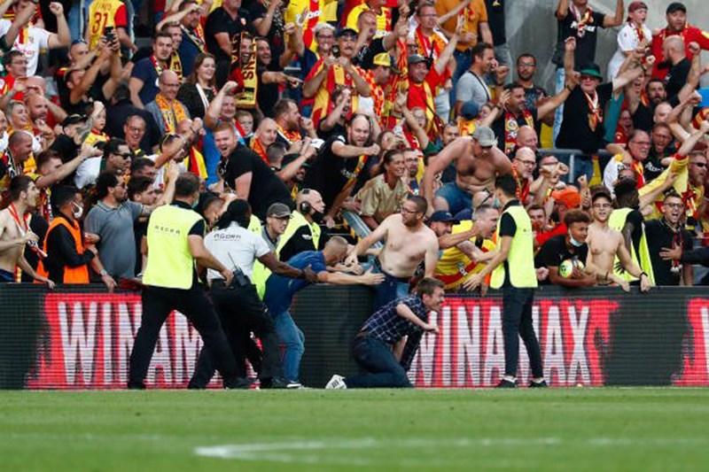Giải Ligue 1: Cổ động viên tràn xuống sân đối đầu cảnh sát - Ảnh 4