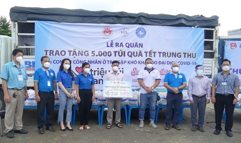 Tổ chức thăm tặng quà Tết Trung thu cho các cháu thiếu nhi có hoàn cảnh khó khăn trên địa bàn Phường 11, Quận 3. Ảnh: Đỗ Phú.