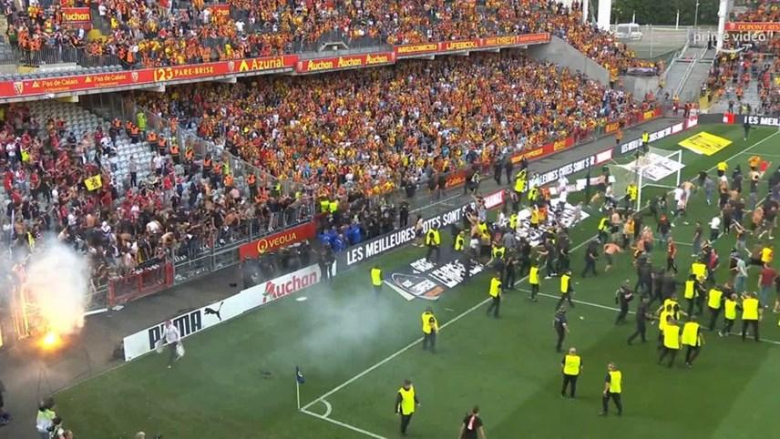 Giải Ligue 1: Cổ động viên tràn xuống sân đối đầu cảnh sát - Ảnh 5