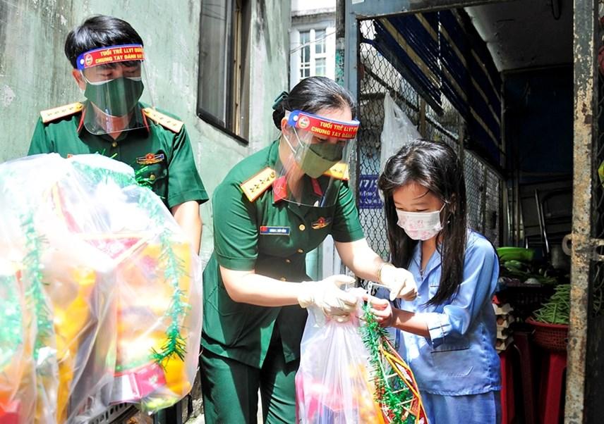 500 phần quà Trung thu cho con em công nhân có hoàn cảnh khó khăn do Covid-19 hiện đang ở trọ tại các khu nhà trọ công nhân ở thành phố Thủ Đức. Ảnh: Nguyễn Kim.