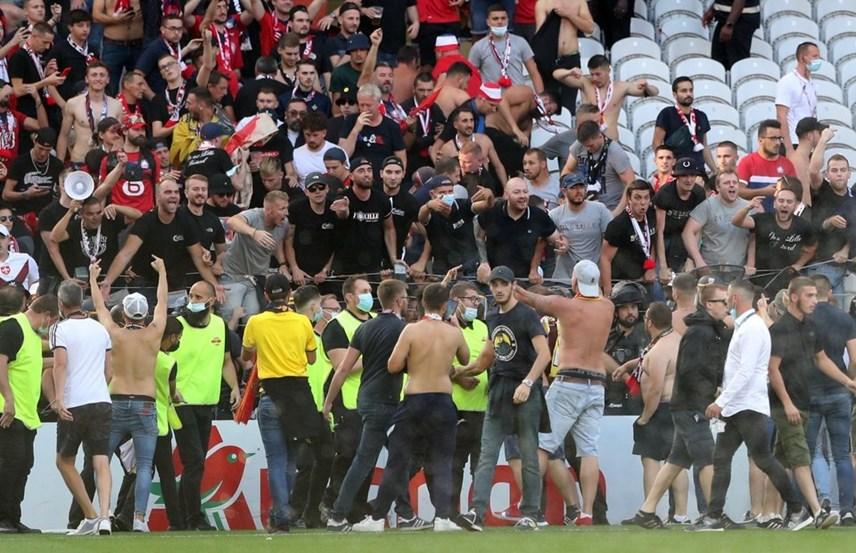 Giải Ligue 1: Cổ động viên tràn xuống sân đối đầu cảnh sát - Ảnh 7
