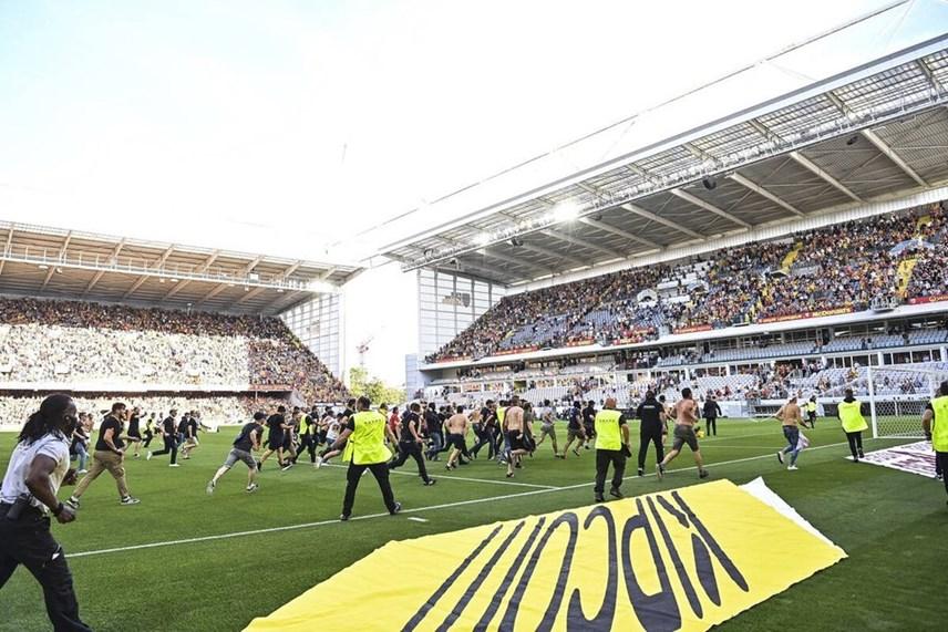 Giải Ligue 1: Cổ động viên tràn xuống sân đối đầu cảnh sát - Ảnh 8