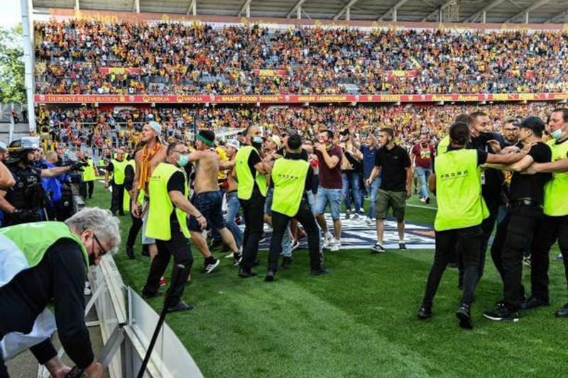 Giải Ligue 1: Cổ động viên tràn xuống sân đối đầu cảnh sát - Ảnh 9
