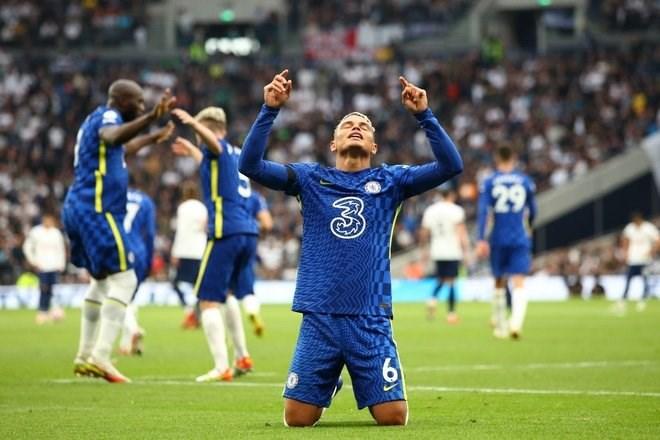 Thiago Silva mở tỉ số cho Chelsea.