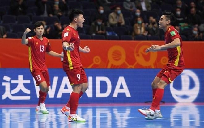 Đắc Huy nén đau thi đấu và ghi bàn cho tuyển Việt Nam.