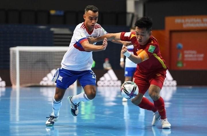 Các cầu thủ áo đỏ thi đấu kiên cường trước đội bóng hạng 4 thế giới.