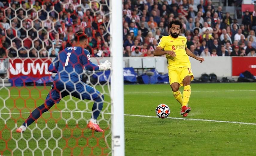 Salah gỡ hòa bằng bàn thắng thứ 100 tại Premier League cho Liverpool.
