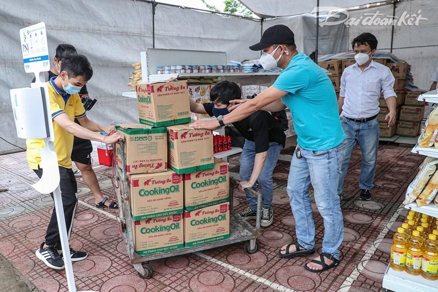 Trong sáng 1/8, các nhân viên của Công ty PNJ tập kết hàng hóa để đầu giờ chiều phục vụ bà con tại phường Đức Thắng.