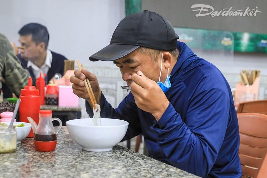 [ẢNH] Quán ăn, cafe đồng loạt mở cửa trở lại sau thời gian dài giãn cách - Ảnh 2