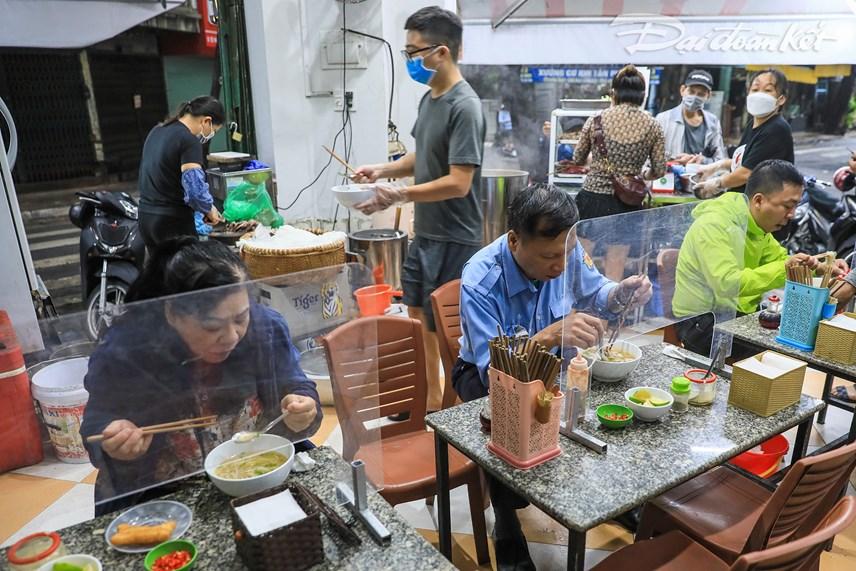 Nhiều người dân đã tranh thủ đi ăn sáng từ sớm để còn đi làm.