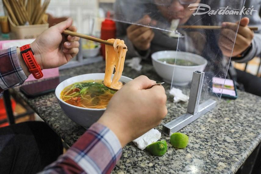Phở là món ăn truyền thống của người dân Hà Nội, chính vì vậy sau khi hàng ăn được hoạt động trở lại đón khách thì nhiều người đã tìm đến những quán phở để hưởng thụ hương vị yêu thích của mình.