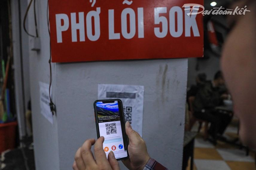 Khách hàng trước khi vào quán đều được chủ quán nhắc nhở quét mã QR code khai báo thực hiện nghiêm phòng chống dịch.