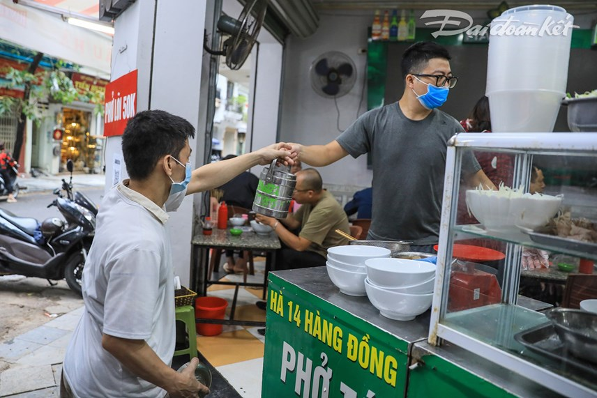 Mặc dù quán ăn đã được phục vụ tại chỗ nhưng vẫn nhiều người mua mang về.