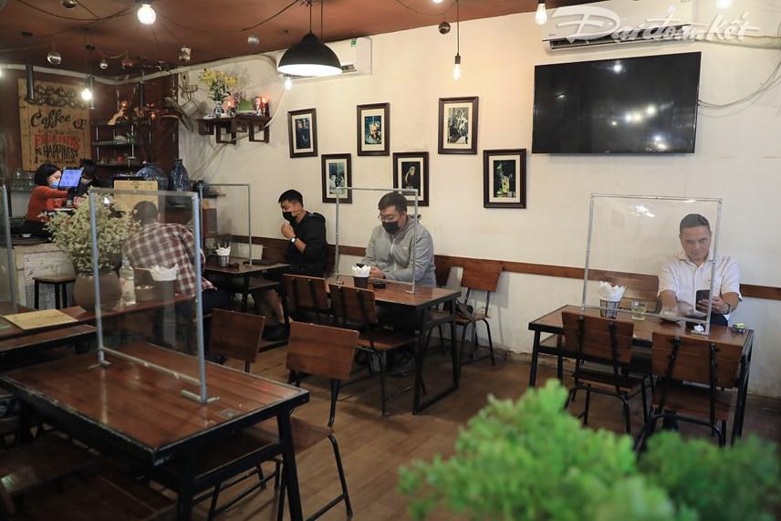 Quán cafe lắp vách ngăn và yêu cầu khách hàng ngồi giữ khoảng cách nhằm đảm bảo an toàn trong phòng chống dịch.