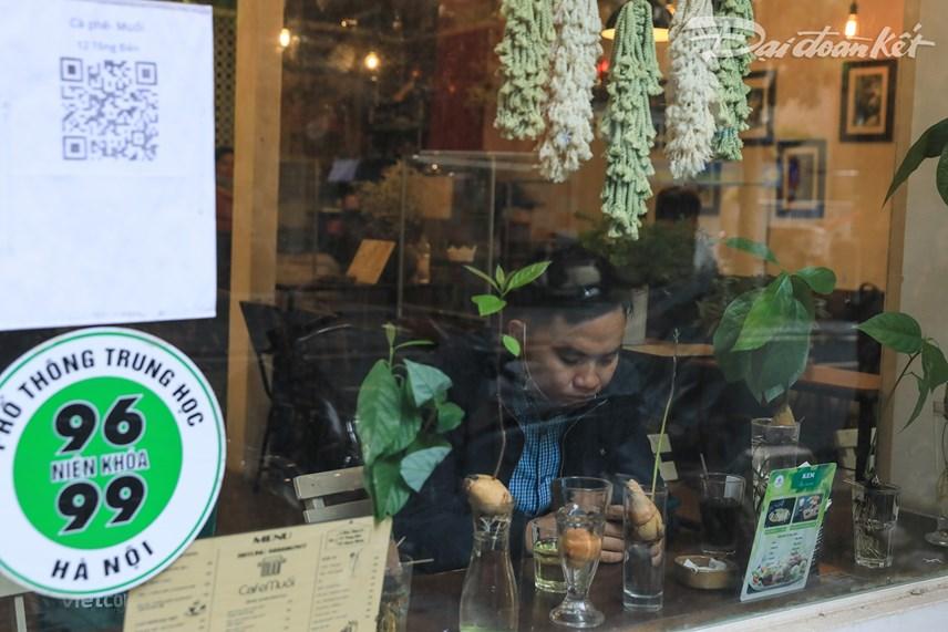 Các quán cafe cũng đồng loạt mở cửa đón khách phục vụ tại chỗ thay vì chỉ bán hàng mang về.