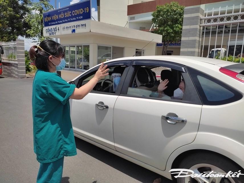 Các y, bác sỹ chào tạm biệt những bệnh nhân may mắn được điều trị khỏi Covid-19.