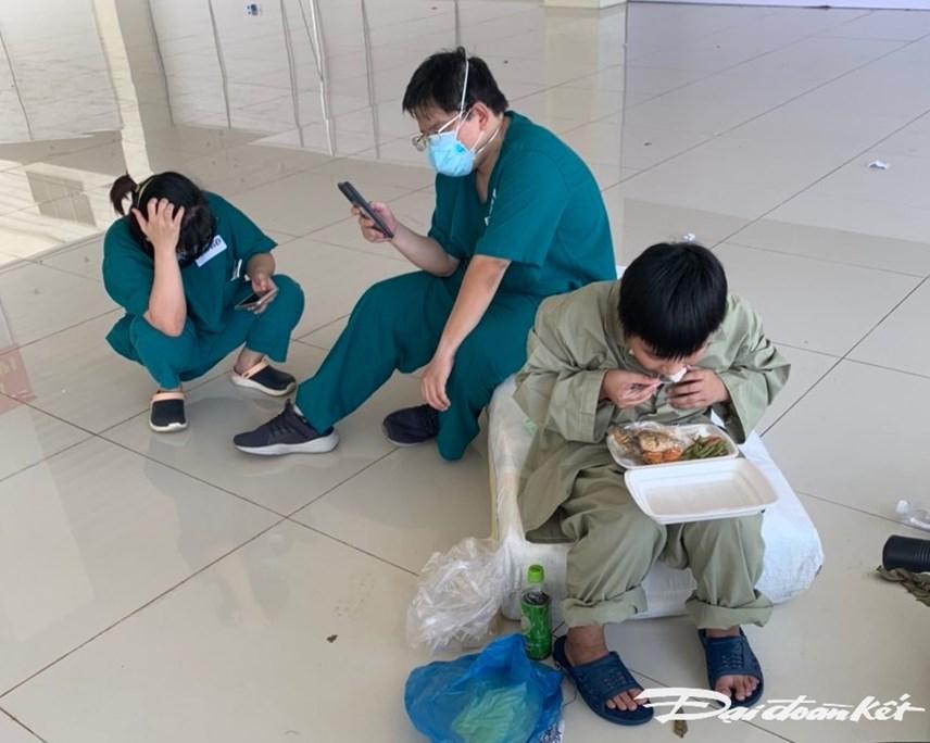 Các bệnh nhân tranh thủ ăn uống trước khi có xe chở về nhà.