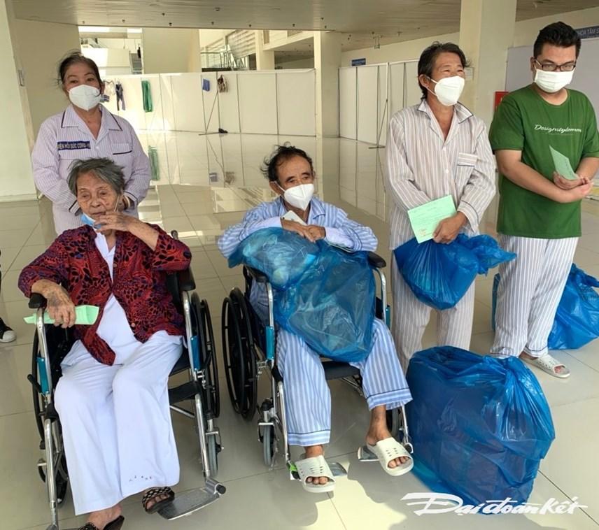 Họ gửi lời cám ơn chân thành tới các y, bác sỹ và lực lượng tình nguyện viên đã giúp đỡ hỗ trợ họ vượt qua dịch bệnh.